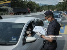 KPDNHEP approval letter total lockdown essential business The police inspecting the travel document of a motorist during a roadblock at the Gombak Toll Plaza after the interstate travel ban is imposed to curb the spread of Covid-19. PIX: HAZROL ZAINAL / MalaysiaGazette / 23 APRIL 2021. balik raya Aidilfitri