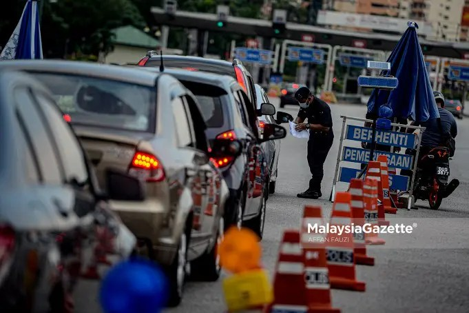 The police inspecting the interstate travel documentation of a driver during a roadblock at the Sungai Besi Toll Plaza following the nationwide Movement Control Order 3.0 (MCO 3.0) to curb the spread of Covid-19. PIX: AFFAN FAUZI / MalaysiaGazette / 10 MAY 2021. The government is committed in allowing the people to return to the normal daily lives during the fourth or final phase of the National Recovery Plan.