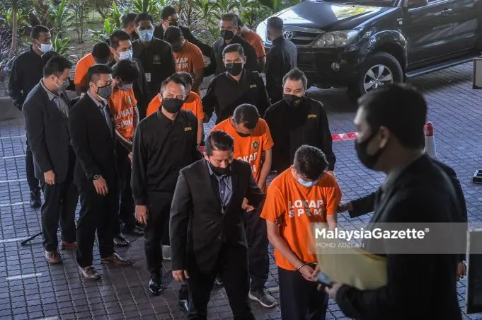 bribe Seven individuals including bank officers and staff are being remanded for seven more days beginning today to assist into an investigation on receiving gratification from personal loan borrowers between 2018 and 2020. PIX: MOHD ADZLAN / MalaysiaGazette / 15 JUNE 2021