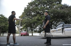 (Picture for representational purposes only). The police advising a Thai national to leave the Taman Tasik Shah Alam park in Section 7, Shah Alam, following the Movement Control Order (MCO) to stop the spread of Covid-19. PIX: AFIQ RAZALI / MalaysiaGazette / 20 MARCH 2020 MBSA Shah Alam City Council fine jogging