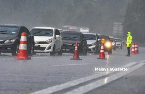 The police conducting roadblock to control interstate travel at the Gombak Toll Plaza in Selangor in conjunction with the Movement Control Order (MCO) 3.0 to curb the spread of Covid-19. PIX: SYAFIQ AMBAK / MalaysiaGazette / 16 MAY 2021.