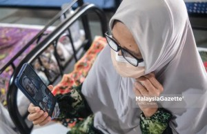 A Covid-19 patient in a video call with her family members in conjunction with Hari Raya Aidiladha at the Integrated Covid-19 Quarantine and Treatment Centre (PKRC), MAEPS, Serdang, Selangor. PIX: SYAFIQ AMBAK / MalaysiaGazette / 20 JULY 2021