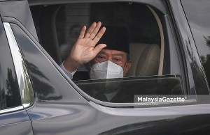 Prime Minister Tan Sri Muhyiddin Yassin waved to the media practitioners as he leaves Gate 1 of Istana Negara after having an audience with the Yang di-Pertuan Agong. PIX: SYAFIQ AMBAK / MalaysiaGazette /16 AUGUST 2021 Interim caretaker PM
