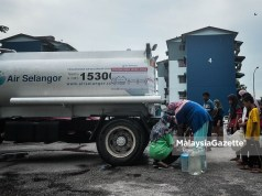 water supply Residents collecting water at a water tanker supplied by Air Selangor following water supply disruption at the area. Sungai Semenyih odour pollution water treatment plant