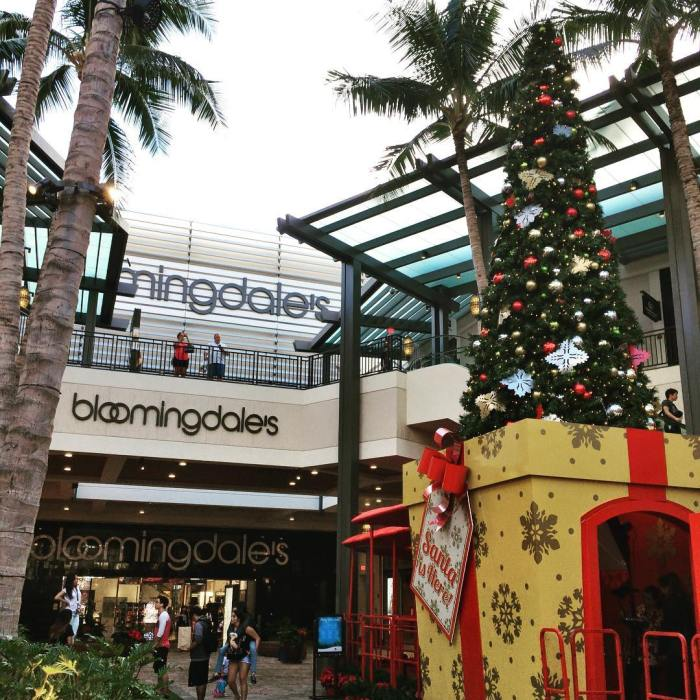 bloomingdales-department-store-holiday-shopping-christmas-tree-ala-moana-mall-by-ken_the_cellist-12-2-2016-1
