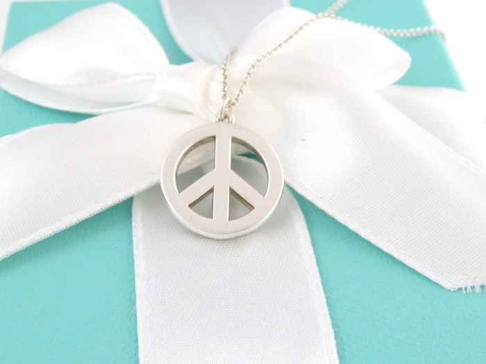 TIFFANY & CO SILVER PEACE CIRCLE NECKLACE BOX INCLUDED