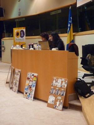 Malika BENARAB-ATTOU et Melissa RAHMOUNI (Présidente de l'Association Science Po Monde arabe). Au sol, dessins de SLIM, dessinateur de presse algérien.
