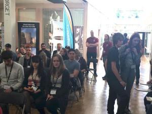Människor har samlats i publiken för att lyssna på presentationerna av Hack for Sweden-deltagarna.