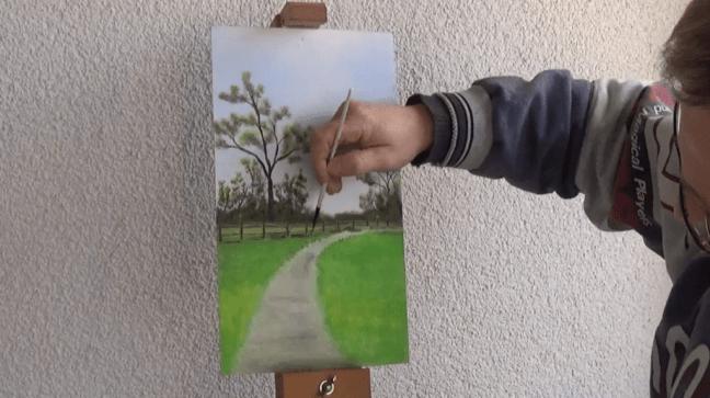 6-Fruehlingsbild-Weg-mit-Baum-und-Pferdekoppel