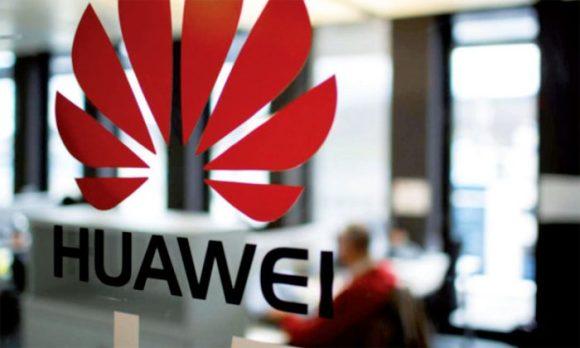 Logo Huawei apposé sur un bâtiment