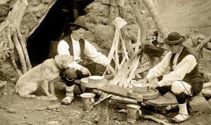 Pastores chesos haciendo queso en la puerta de una cabaña en el Valle de Guarrinza (Foto: Ricardo Compairé)