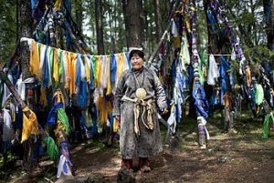Chamán dukha preparándo un ritual en el norte de Mongolia. (Fuente: Wikipedia)