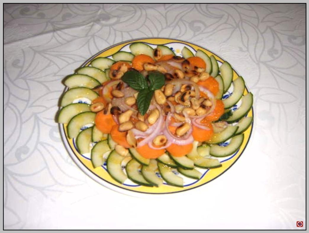 Gurkensalat mit Erdnuessen