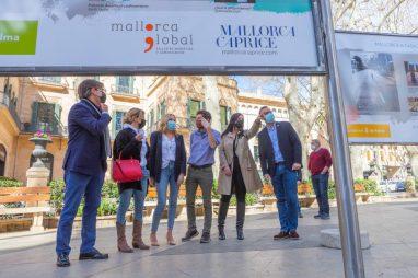 Alcalde y representantes del Ayuntamiento de Palma, durante la inauguración de la muestra