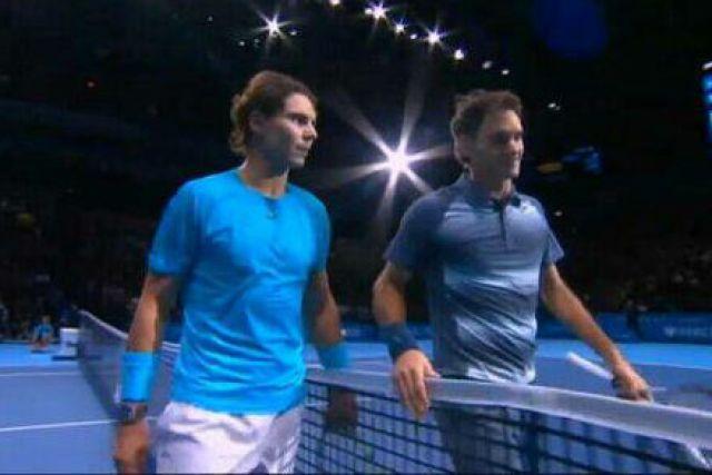 REUTERS/Archivo. Nadal y Federer se saludan tras un partido