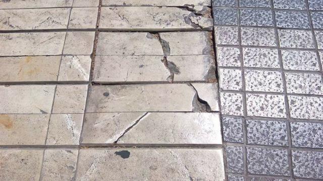 210617 plaza columnas pavimento peligro 3