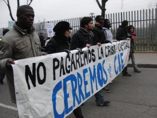Pancarta_-no_pagaremos_la_crisis_del_capital._cerremos_los_CIE-