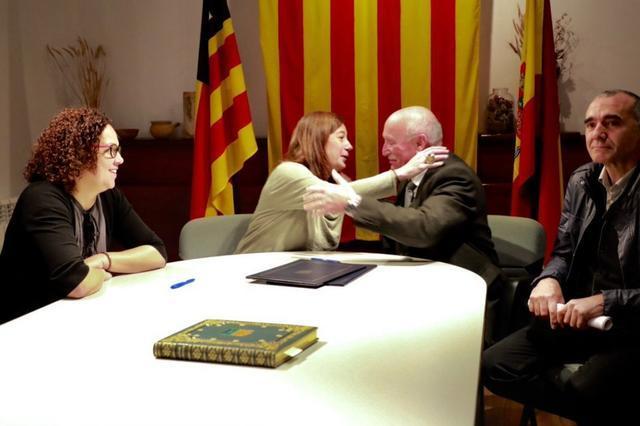 alcalde de valldemossa con Francina armengol y catalina cladera