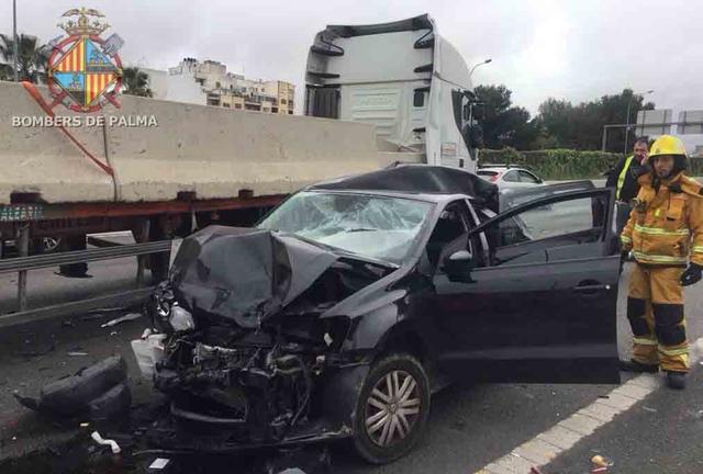 coche destrozado accidente via de cintura palma un camion un coche y una furgoneta como objeto inteligente-1