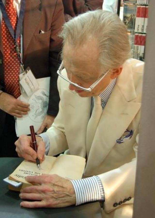 Tom Wolfe firmando libros