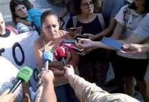 Juana Mendoza en la concentración explica cómo está la situación en el Servicio de Acogida Municipal de Palma