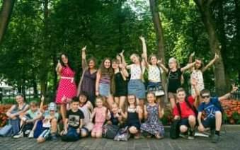 Może być zdjęciem przedstawiającym 16 osób, dziecko, ludzie stoją i na świeżym powietrzu
