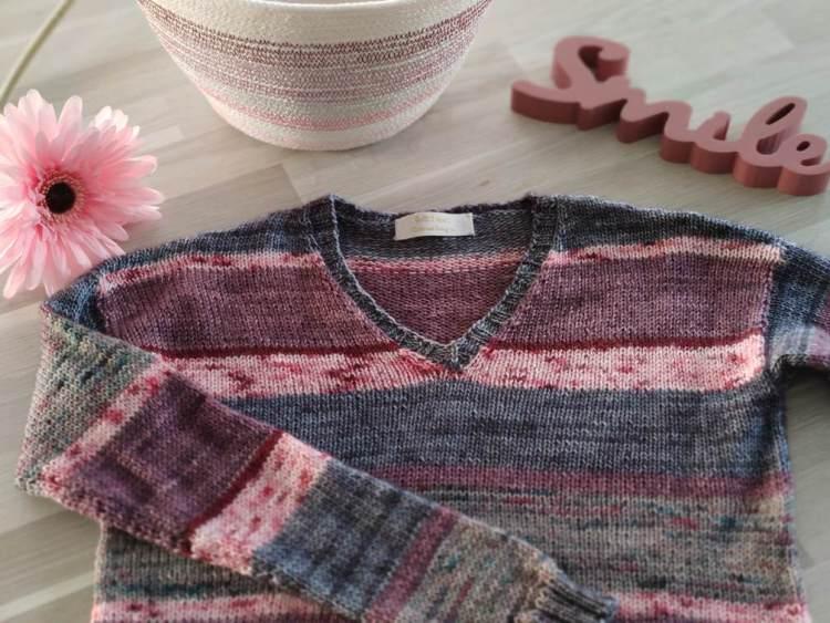 Polygonia - Pull au tricot col V, accessible aux débutants- Maloraé Designs