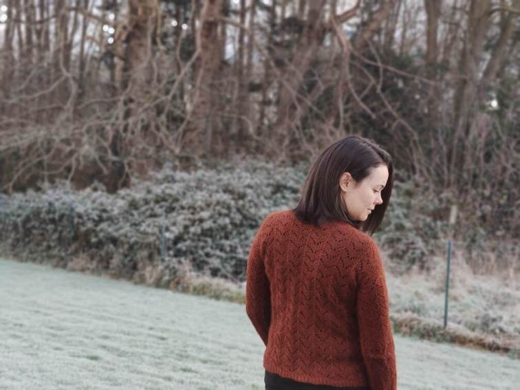 Pull Akebia - Pull femme en dentelle - Modèle au tricot - Maloraé Designs