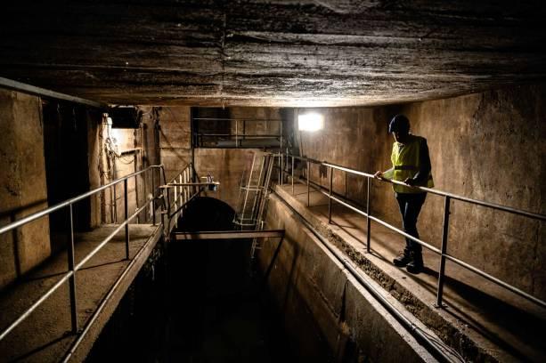 Moment de calme à Charcot. En cas d'orage violent, l'eau peut submerger le passage où se tient Jean-Luc.