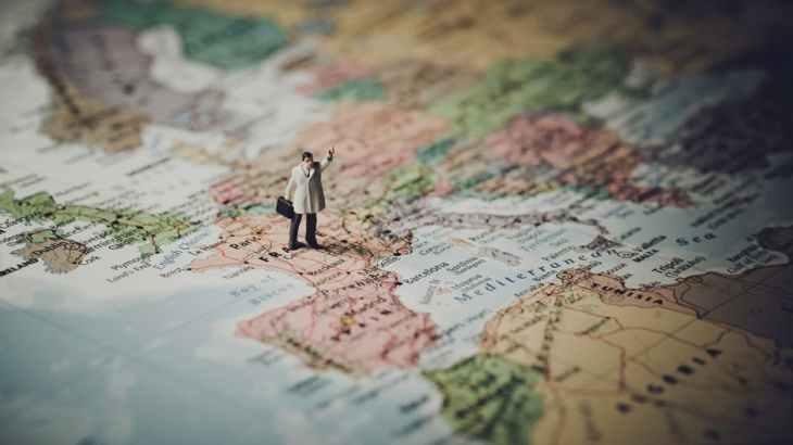ヨーロッパの地図と旅する人形