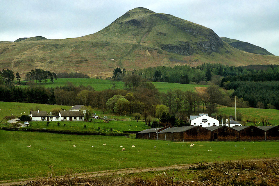 Dumgoyne destillery and Dumgoyne Hill Photo Credit: www.photoscapes.eu