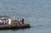 Család horgászik a mólón Marfában