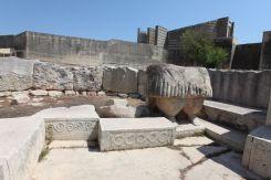 Domborművek és szobortöredék a Tarxien déli templom első termében
