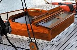 帆船のスライドハッチ