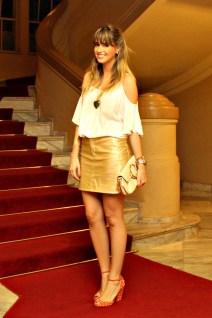 look-do-dia-look-da-noite-saia-metalizada-de-couro-dourada-bob-store-blusa-ombro-de-fora-colar-de-corac3a7c3a3o-esmeralda-pulseiras-marina-casemiro-1