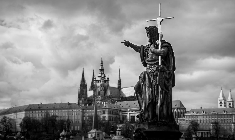 Statue of a Saint overlooking the Prag castle