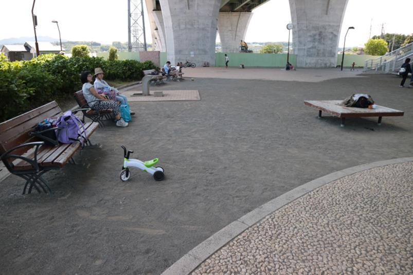 富士西公園、高架下の休憩スペース