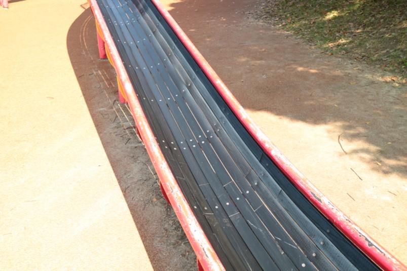 ローラー滑り台とグリッサンド滑り台が二股になっている愛知県名古屋市戸田川緑地のロングスライダー