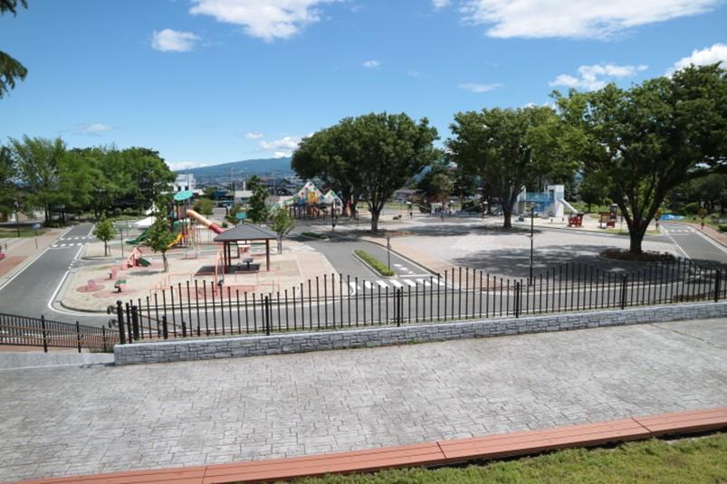 群馬県前橋こども公園内の展望台から交通学習ゾーンの眺め