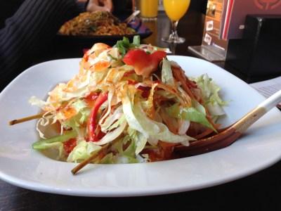 Mittagessen gehen mit dem Mann. So schön und so selten. Hühnchenspieß in Kokos-Curry Sauce und Salat Schön scharf und lecker.