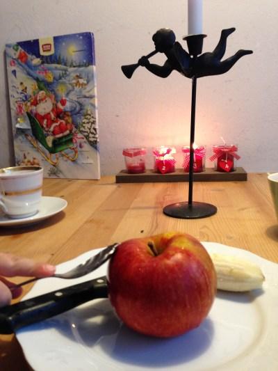 Teezeit mit Obst, Kakao für die Kinder und Wasser für mich. :) Der Löffel musste mit aufs Bild. Damit wurde der tolle Kakao umgerührt.