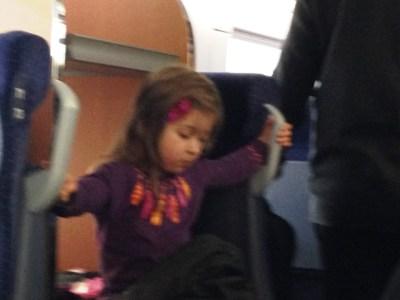 Die Schwester macht es sich in der Kofferablage gemütlich