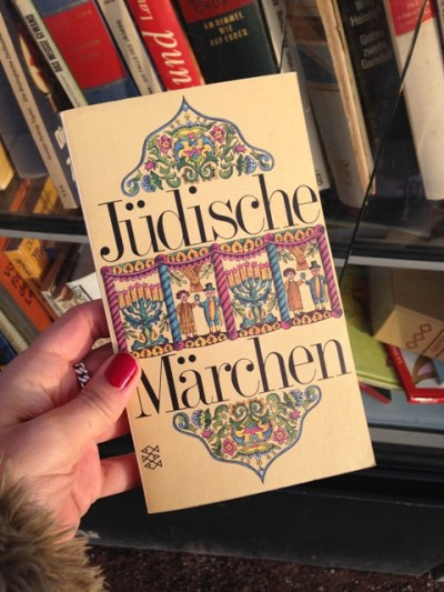 Bücher vor alle! Der Bücherschrank neben dem KIT. Ich habe mir dieses Buch ausgesucht.