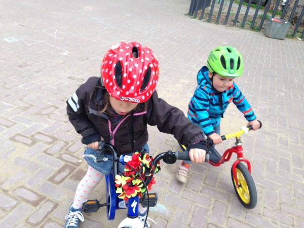 Spielplatz, Freunde treffen, Fahrrad fahren