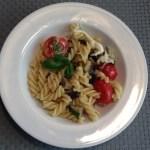 Pasta mit Mozzarella, Basilikum, getrockneten und frischen Tomaten und Aubergine