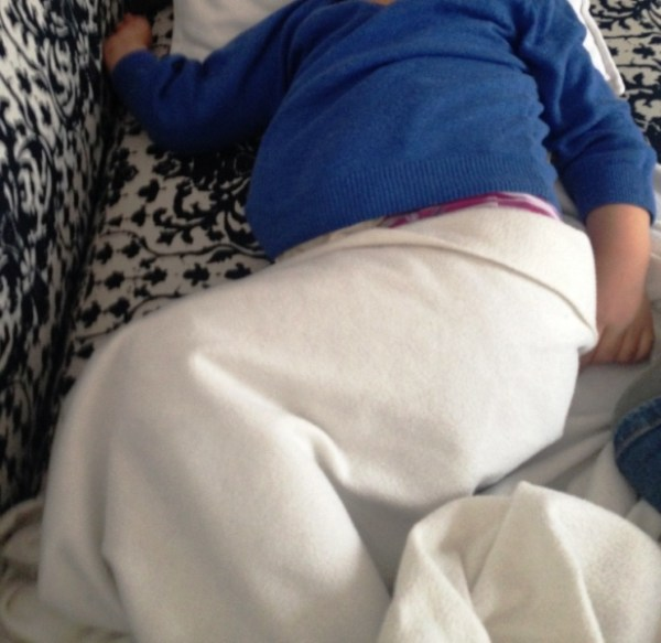 Schlafen auf der Couch mit Kirschkernkissen unterm Pulli