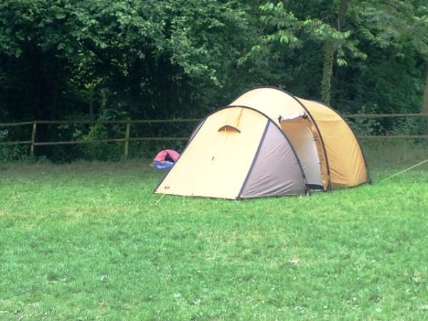 Der Mann und ich bauen das neue Zelt auf. Nach einer Stunde sind wir fertig. Hornhautumbra. So schön.