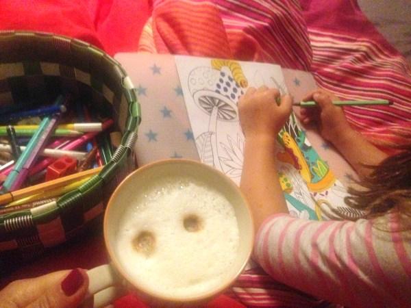 Lieblingssiuation mit meinen Kindern: Malen im Bett