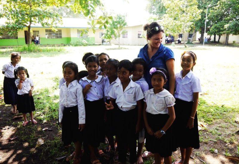 Leonie mit Kindern im Kinderdorf Kambodscha