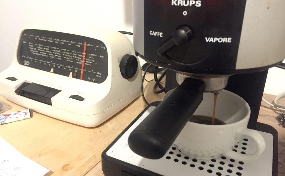 Kaffee kochen und altes Radio